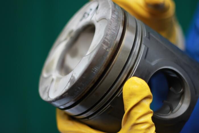 Функционално алуминиево бутало след полеви тест с масло за газови двигатели ADDINOL